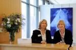 Sabine Hildebrandt-Woeckel (links) und Christine Schretter empfangen die Besucher der Job40plus